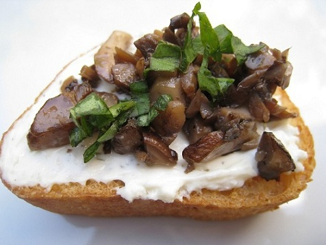 Post image for Mushroom & Basil Crostini with Garlic & Cheese Spread