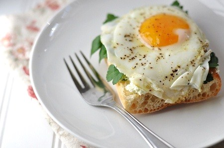 Post image for Fried Egg Breakfast Crostini with Ricotta & Baby Spinach