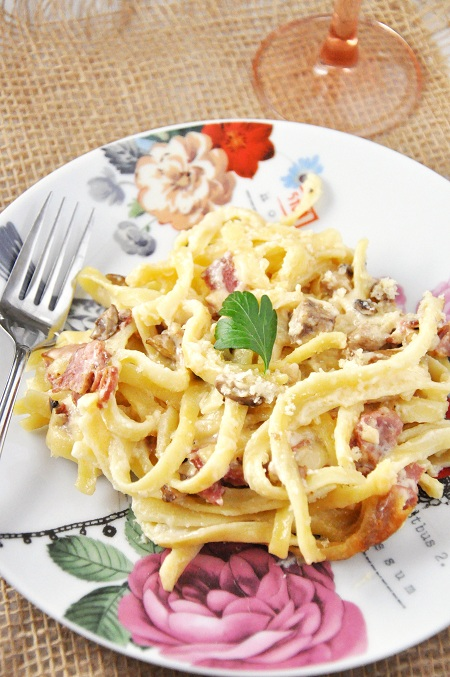 Slow Cooker Creamy Fettuccine Mac & Cheese with Bacon and Mushrooms